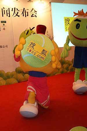 图文:2006中网召开发布会 吉祥物手捧搜狐LOGO