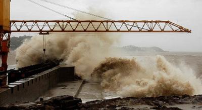 图文:凶猛巨浪造成堤坝决口
