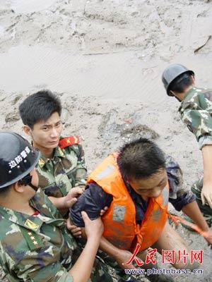 桑美逼近 军民合力成功解救五位遇险渔民(图)