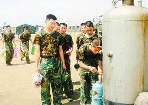 好地解决了驻训部队用水难、洗澡难、看电视难等问题.驻训官兵高兴图片