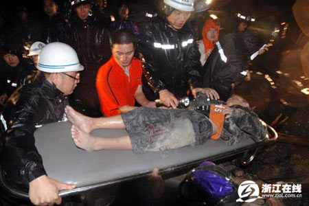图文:温州居民楼台风中倒塌 官兵挖出受难儿童