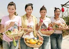 候选港姐摘水果与大自然亲密接触