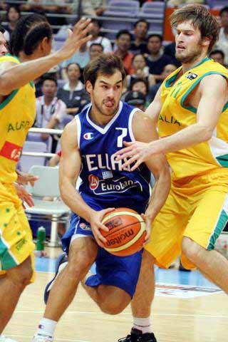 图文:希腊澳大利亚打响斯杯首战 场面十分激烈