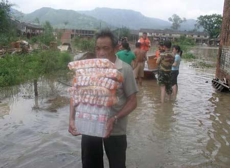 图文:有关部门给受灾村民送来食品和水
