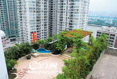 """楼顶天台被私人""""圈""""走的情况并不少见,该小区内将天台私自改建成花园"""