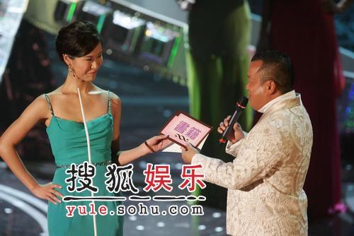 06香港小姐选举决赛现场图片-曾志伟与港姐