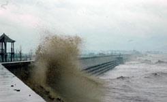 台风桑美掀起大浪