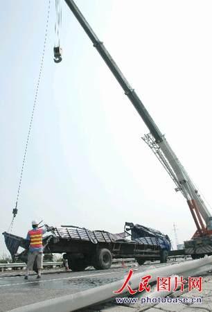 沪宁高速公路大货车爆胎翻车致毒液泄漏(组图)