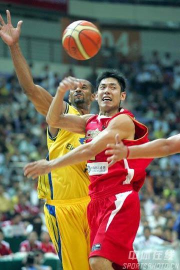 图文:斯杯小组赛中国负巴西 张庆鹏突破分球