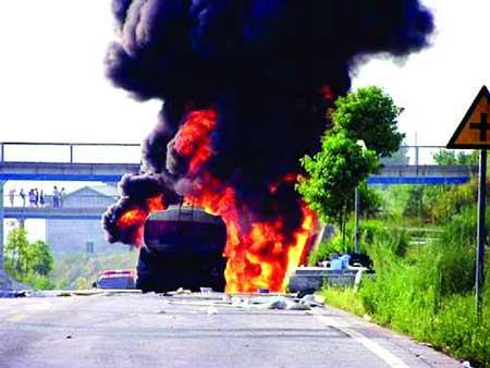张家界一辆油罐车起火 刹车过热致轮胎燃烧(图)