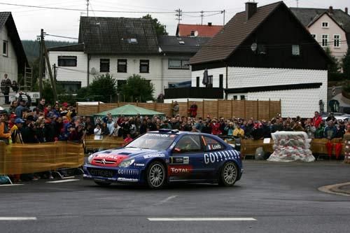 图文:勒布赢得WRC德国站 雪铁龙赛车在场上疾驰
