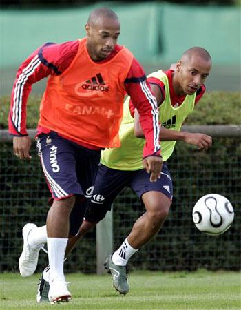 图文:法国国家队训练课 亨利训练中拼抢积极