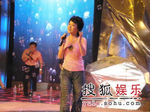 """周彦宏录制《谁是英雄》 大兵恶搞""""美男记"""""""