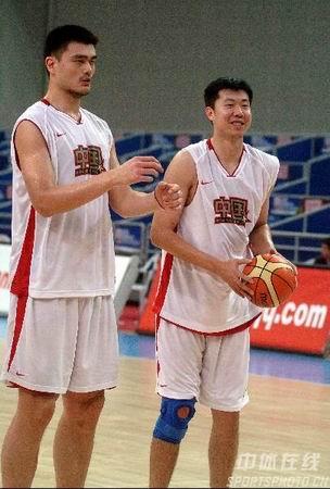 男篮加紧训练 姚明王治郅在一起训练