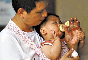 年轻妈妈羞于当众哺乳 多数医院无哺乳室(图)