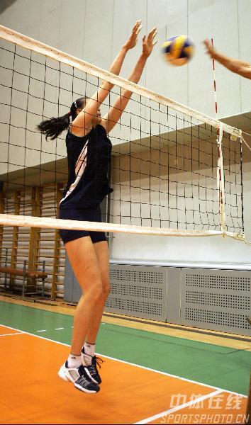 图文:女排两伤员在京康复 赵蕊蕊练习拦网