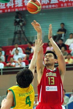 图文:斯杯中国对阵澳大利亚 姚明在比赛中投篮