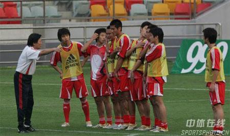 图文:中国队备战亚洲杯 朱广沪指导队员训练
