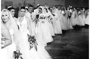 以色列50对男女举行集体婚礼 6000人当嘉宾(图)