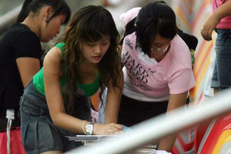 图文:国足天津备战新加坡 准备签字的女球迷