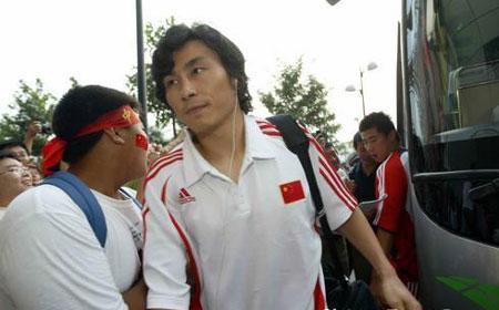 图文:亚洲杯预赛国足抵达赛场 李玮峰酷劲十足