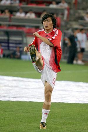 图文:亚洲杯预赛中国VS新加坡 李玮峰积极热身