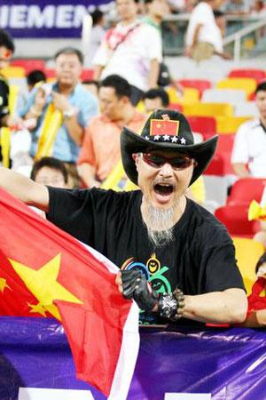图文:亚洲杯预赛中国VS新加坡 球迷情绪高涨