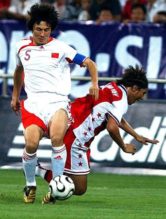 图文:亚洲杯预赛中国VS新加坡 李玮峰积极拼抢