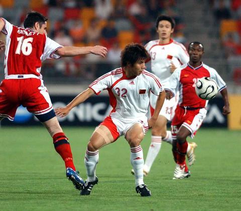 图文:亚洲杯预赛中国VS新加坡 蒿俊闵积极拿球