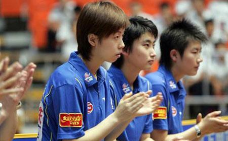 图文:乒超-山东不敌北京 北京队员为队友加油