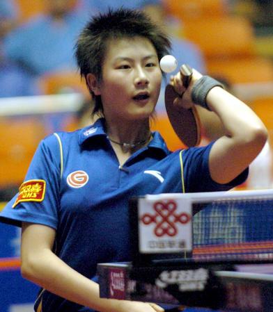 图文:北京首创女队提前夺冠 丁宁在比赛中发球