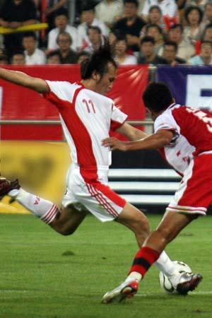 图文:亚洲杯预选赛中国VS新加坡 陶伟大力射门
