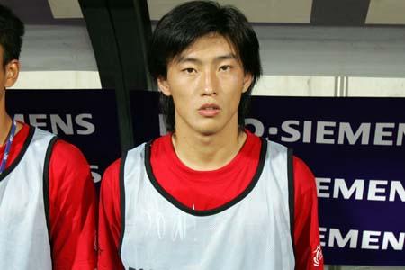 """图文:亚洲杯预选赛中国VS新加坡 """"中国小伙"""""""