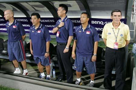 图文:亚洲杯预选赛中国VS新加坡 对手教练组
