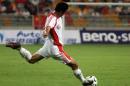 图文:亚洲杯预选赛中国VS新加坡 徐亮罚任意球