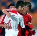 图文:亚洲杯预赛中国小胜 邵佳一接受李祝贺铁