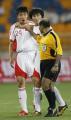 图文:亚洲杯中国1-0新加坡 赵旭日与裁判争辩
