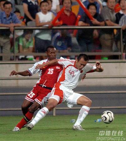 图文:亚洲杯中国1-0新加坡 徐云龙摆脱对手