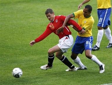 图文:友谊赛巴西1-1平挪威 队员拼抢