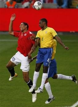 图文:友谊赛巴西1-1平挪威 队员争抢头球