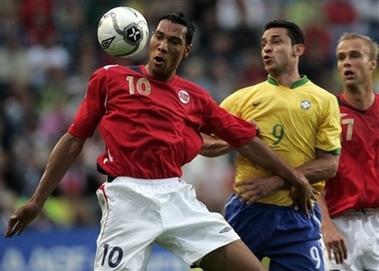 图文:友谊赛巴西1-1平挪威 弗雷德争抢头球