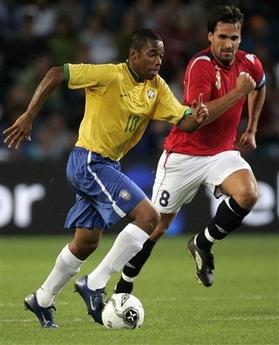 图文:友谊赛巴西1-1平挪威 罗比尼奥带球突破