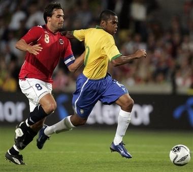 图文:友谊赛巴西1-1平挪威 罗比尼奥突破