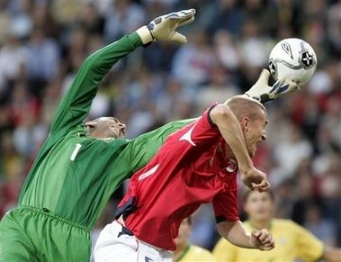 图文:友谊赛巴西1-1平挪威 门将救险