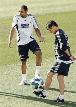 埃莫森/2006年8月16日,皇家马德里队在意大利教练卡佩罗的带领下备战...
