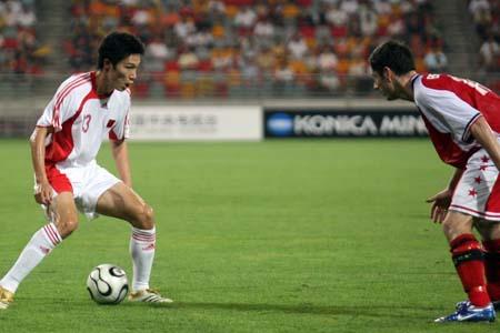 图文:国足补时点杀新加坡 曹阳死盯对手