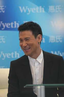 张学友上海出席某品牌庆典活动 大谈育儿经