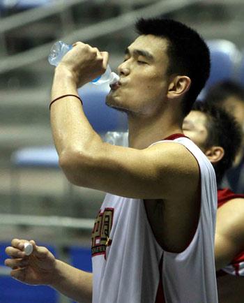 图文:中国男篮日本首训 姚明汗流浃背饮水止渴