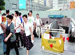上海地铁出口被打桩机砸中 30秒中多人逃生(图)