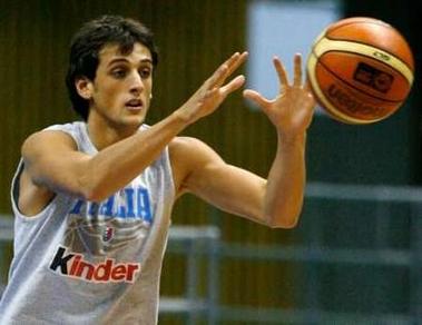 世锦赛图:意大利男篮训练 马可-贝利奈里拿球